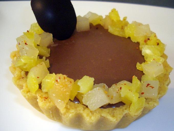 Tartelette au Chocolat, fruits et confiture de piment d'Espelette